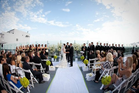WHAT DOES AN AVERAGE WEDDING COST?